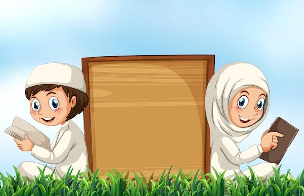 Casal muçulmano lendo a bíblia na grama
