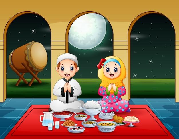 Casal muçulmano rezar juntos antes de quebrar o jejum