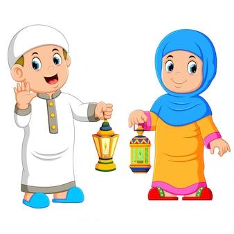 Casal muçulmano segurando lanterna