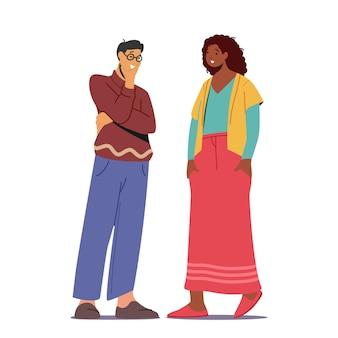 Casal multiétnico falando, homem asiático e mulher africana falando isolado no fundo branco. pessoas conversando, amigos