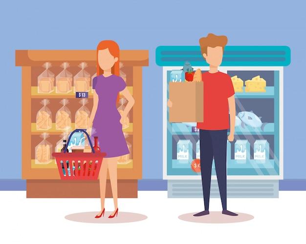 Casal na geladeira de supermercado com prateleira e produtos
