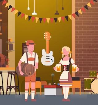 Casal no bar vestindo roupas tradicionais beber cerveja no bar oktoberfest festa celebração homem e mulher fest conceito
