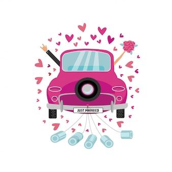 Casal recém-casado está dirigindo o carro rosa vintage para sua lua de mel com latas anexadas