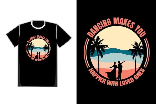 Casal romântico de camiseta dançando na praia