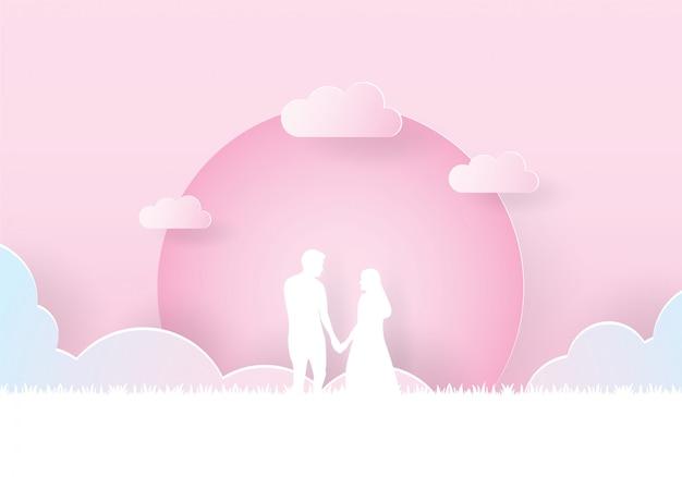 Casal segurando a mão caminhando juntos sob a lua