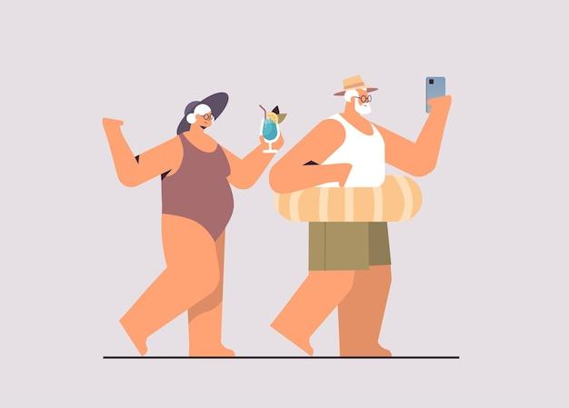 Casal sênior bebendo coquetel e usando smartphone avós se divertindo conceito de férias de verão ilustração vetorial de corpo inteiro horizontal