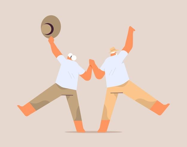 Casal sênior dançando velho e mulher se divertindo com o conceito de velhice ativa comprimento total