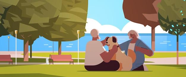 Casal sênior passando um tempo com o cachorro no parque urbano, relaxamento, aposentadoria, conceito, ilustração vetorial horizontal de comprimento total