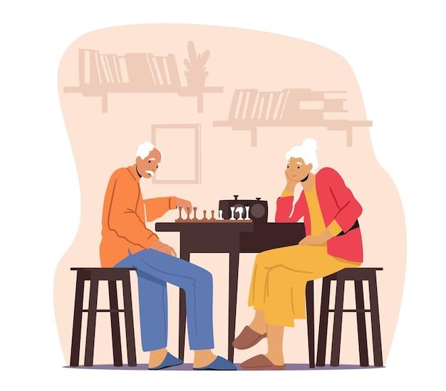 Casal sênior relaxante jogando xadrez no lar de idosos. homem e mulher pensativos, aposentados passando tempo juntos