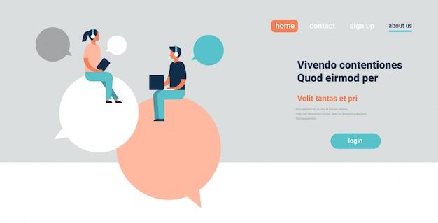 Casal sentado bate-papo bolhas comunicando discurso diálogo homem mulher usando laptop caráter fundo cópia espaço horizontal plana