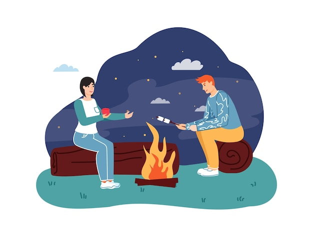 Casal sentado na fogueira, bebendo chá quente e assando marshmallow no palito à noite.