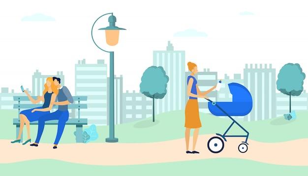 Casal sentado no banco, mulher andando com carrinho de bebê.