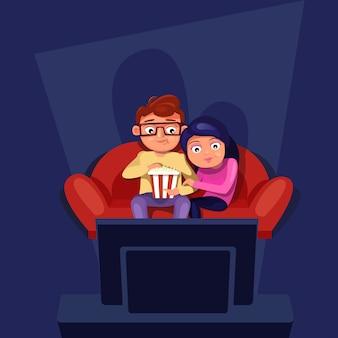 Casal sentado no sofá assistir tv comendo pipoca