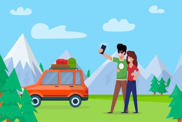 Casal tomando selfie nas montanhas de fundo.