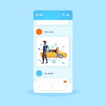 Casal usando smartphone app móvel app homem ordenando amarelo táxi táxi carro compartilhando conceito smartphone tela serviço de transporte comprimento total