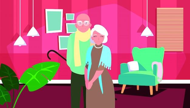Casal velho bonito em casa dentro