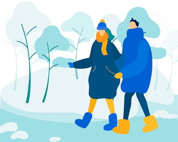 Casal vestindo roupas de inverno, andando na rua.