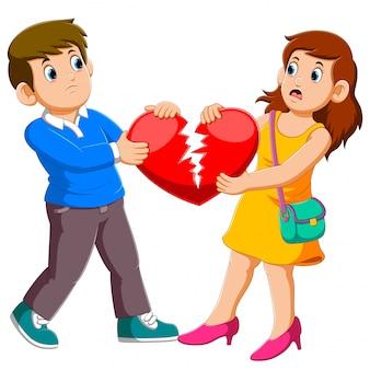 Casal zangado segurando coração partido