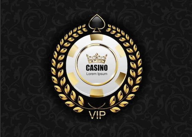 Casino vip de luxo com fichas brancas e douradas. emblema do royal poker club com coroa, coroa de louros e pá.