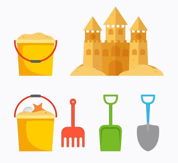 Castelo de areia de praia com balde infantil, balde de areia, pá.
