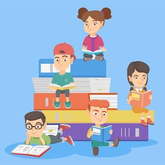 Caucasiano crianças lendo livros juntos.