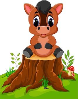 Cavalo dos desenhos animados, sentado no tronco de árvore