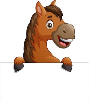 Cavalo marrom dos desenhos animados com placa de sinal em branco