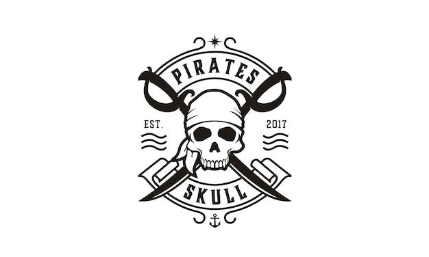Caveira e cruzando espadas piratas logo