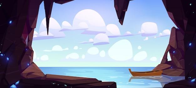 Caverna de paisagem com vista para o mar com barco de madeira solitário flutuar no buraco da superfície da água na rocha com a montanha do oceano ...