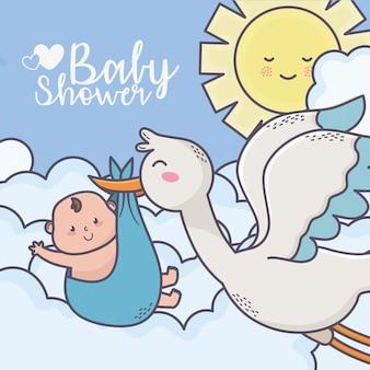 Cegonha voa do chuveiro de bebê com cartão das nuvens do sol do rapaz pequeno