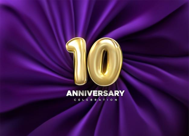 Celebração de 10 anos. número dourado 10 no fundo drapeado roxo de matéria têxtil. ilustração festiva. sinal 3d realista.