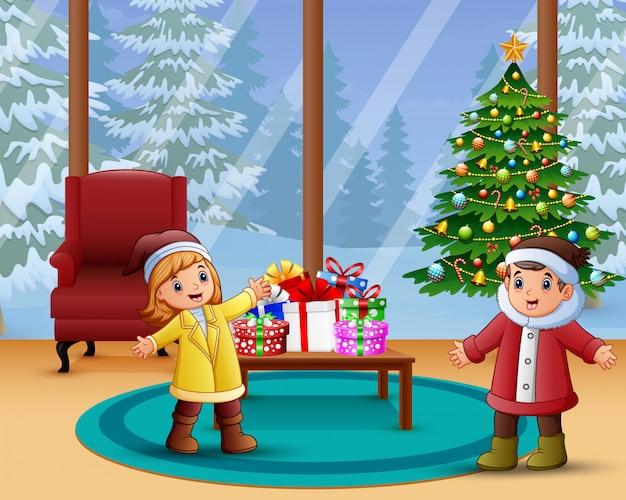 Celebração de crianças feliz um natal em casa