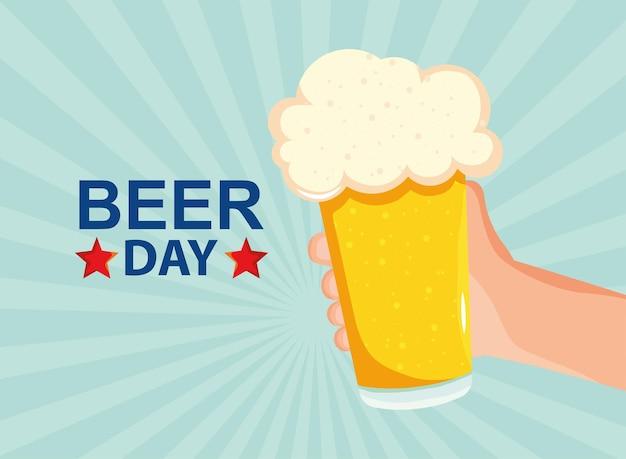 Celebração do dia da cerveja com cerveja em frasco