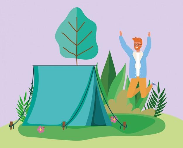 Celebrando, homem, barraca, acampamento, folhagem, floresta