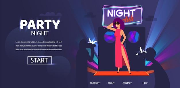 Celebridade de mulher posando na noite porta clube entrada