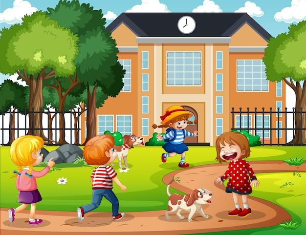 Cena ao ar livre com muitas crianças brincando na frente da escola