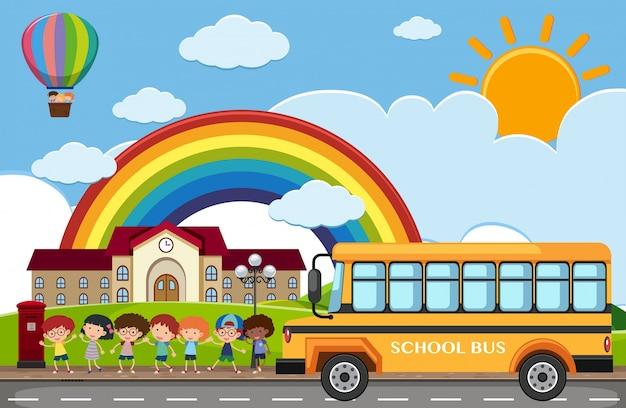 Cena com crianças e ônibus escolar na estrada