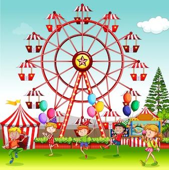 Cena com crianças felizes brincando no parque de circo