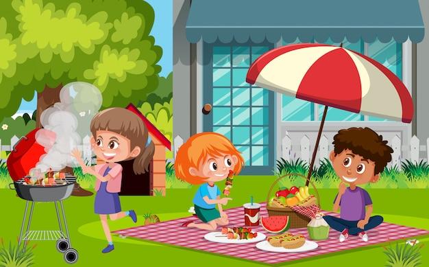 Cena com crianças felizes, comendo comida no parque