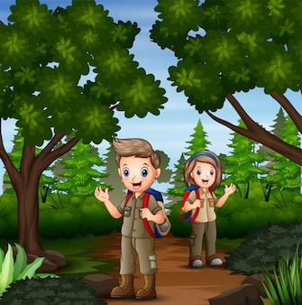 Cena com dois escoteiros, caminhadas na floresta