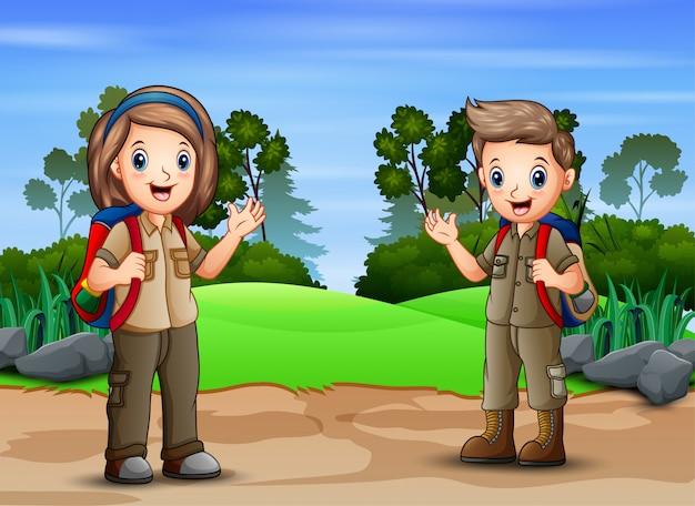 Cena com dois escoteiros caminhadas na natureza paisagem