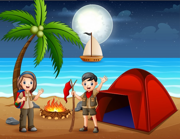 Cena com garoto escoteiro acampando na praia à noite