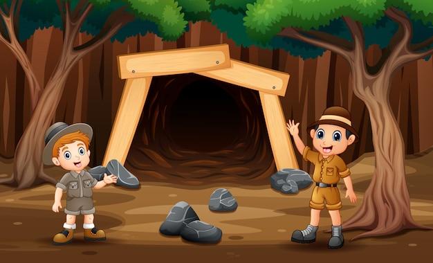 Cena com garotos exploradores na frente da ilustração da mina