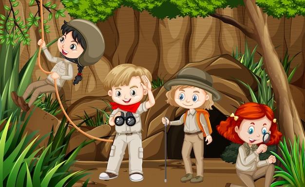 Cena com grupo de escoteiros explorando a caverna
