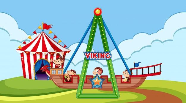 Cena com macacos felizes montando navio viking no parque