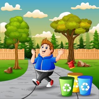 Cena com menino gordo jogando lixo no lixo