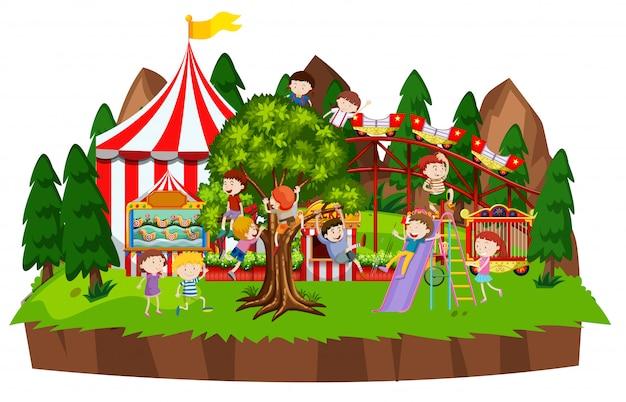 Cena com muitas crianças brincando no parque de circo