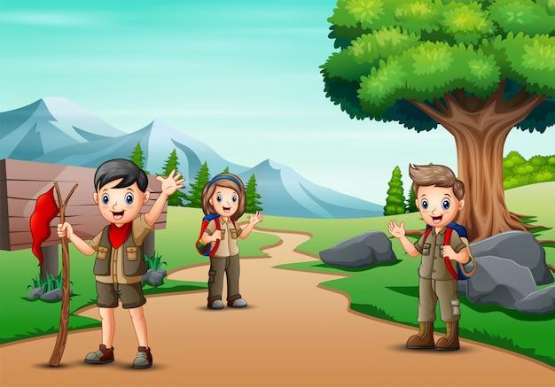 Cena com muitas crianças em uniforme de escoteiro, caminhadas no parque