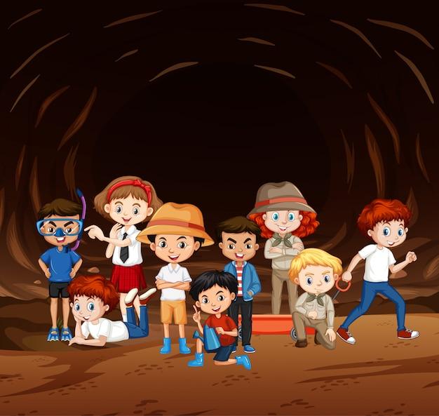 Cena com muitas crianças explorando a caverna