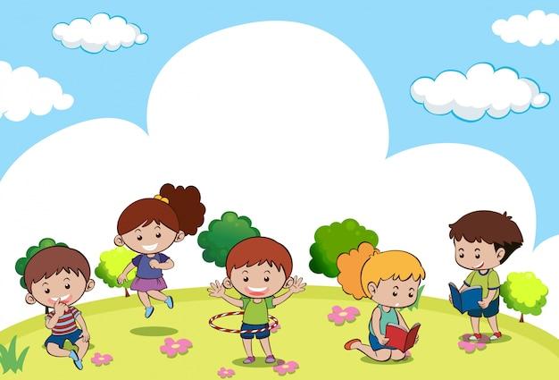 Cena com muitas crianças fazendo diferentes atividades